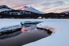 Irmã sul Reflected na angra da soda no nascer do sol, Deschutes Natio Fotos de Stock Royalty Free
