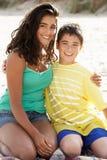 Irmão adolescente e irmã do retrato na praia imagens de stock royalty free