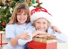 Irmão adorável que comemora o Natal fotografia de stock royalty free