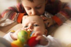 Irmão com sua irmã mais nova Imagem de Stock