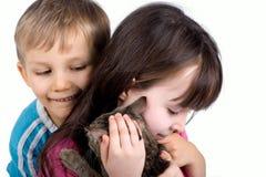 Irmão e irmã com gato Foto de Stock