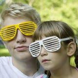 Irmão e irmã em óculos de sol estranhos Foto de Stock Royalty Free
