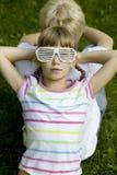 Irmão e irmã em óculos de sol estranhos Imagens de Stock Royalty Free