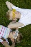 Irmão e irmã em óculos de sol estranhos Foto de Stock