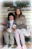 Irmão e irmã em um banco na frente da casa no inverno Imagens de Stock Royalty Free