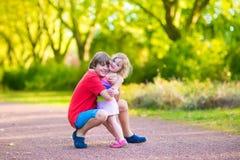 Irmão e irmã em um parque Fotos de Stock Royalty Free
