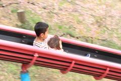 Irmão e irmã japoneses na corrediça Foto de Stock