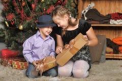 Irmão e irmã na árvore de Natal Fotografia de Stock