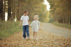 Irmão e irmã na estrada secundária Imagens de Stock