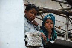 Irmão e irmã pobres indianos imagens de stock royalty free