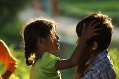 Irmão e irmã pobres indianos fotografia de stock