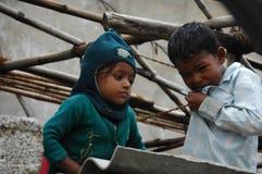 Irmão e irmã pobres indianos fotos de stock royalty free