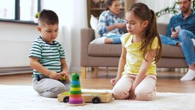 Irmão e irmã que jogam com blocos do brinquedo em casa video estoque