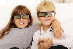 Irmão e irmã que olham o filme 3D Fotos de Stock Royalty Free