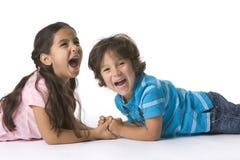 Irmão e irmã que têm muito divertimento Imagens de Stock Royalty Free