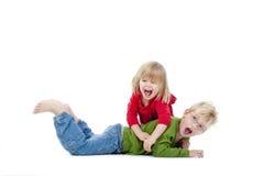 Irmão e irmã que têm o divertimento imagens de stock