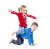 Irmão e irmã que têm o divertimento fotografia de stock royalty free