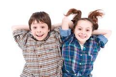 Irmão e irmã que têm o divertimento no assoalho imagem de stock royalty free