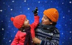 Irmão e irmã que têm o divertimento no inverno Fotos de Stock Royalty Free