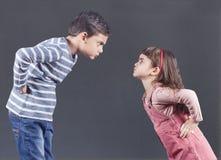 Irmão e irmã que têm um argumento fotografia de stock