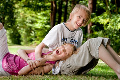 Irmão feliz da irmã feliz Fotografia de Stock Royalty Free