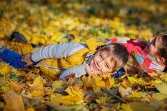 Irmão feliz e irmã que jogam no parque Fotografia de Stock