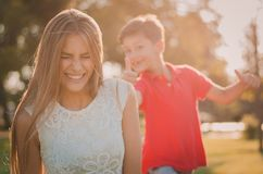 Irmão feliz e irmã que têm o divertimento em um dia de verão Imagens de Stock