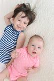 Irmão mais novo e irmã felizes Imagem de Stock Royalty Free