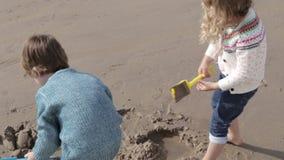 Irmão novo e irmã Playing na praia video estoque