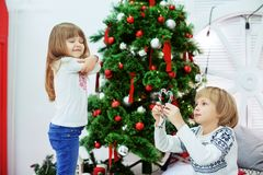 Irmão ofendido irmã de Ittle O conceito do Natal e novo Fotos de Stock Royalty Free