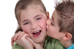 Irmão que beija a irmã fotografia de stock