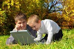 Irmãos com caderno Fotografia de Stock Royalty Free