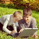 Irmãos com portátil Imagem de Stock Royalty Free