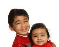 Irmãos de sorriso - irmã do bebê da terra arrendada do irmão foto de stock