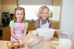 Irmãos de sorriso que preparam a massa de pão Imagem de Stock Royalty Free
