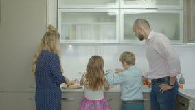 Irmãos do ensino do pai para preparar a omeleta na cozinha video estoque