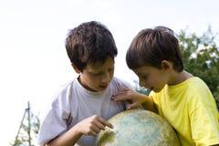 Irmãos e globo Imagens de Stock