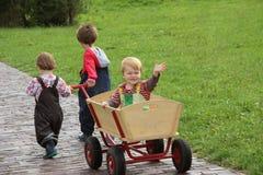 Irmãos e irmãs em férias Imagens de Stock Royalty Free