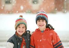 Irmãos em um dia nevado Imagens de Stock