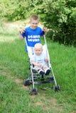 Irmãos felizes ao ar livre no verão fotografia de stock royalty free