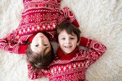 Irmãos felizes, bebê e crianças do pré-escolar, abraçando em casa na cobertura branca, sorrindo fotografia de stock