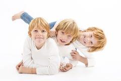 Irmãos felizes no fundo branco Fotografia de Stock Royalty Free