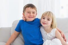 Irmãos felizes que sorriem na câmera junto Fotos de Stock Royalty Free