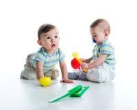 Irmãos gémeos com pá e ancinho Imagens de Stock