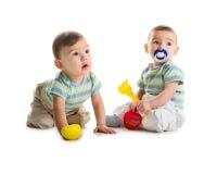 Irmãos gémeos com pá e ancinhos Fotos de Stock Royalty Free