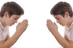 Irmãos gémeos que praying Fotografia de Stock Royalty Free