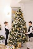 Irmãos gêmeos bonitos das crianças que preparam-se para a celebração de y novo Fotografia de Stock