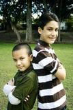 Irmãos latino-americanos felizes junto na frente da árvore Foto de Stock Royalty Free
