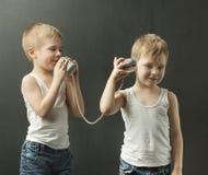 Irmãos mais novo bonitos que falam no telefone do brinquedo Fotos de Stock Royalty Free