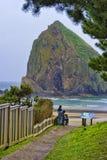 Irmãos na praia do canhão na costa de Oregon fotografia de stock royalty free